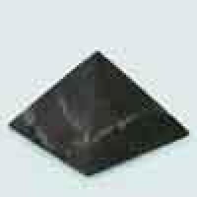 Шунгитовая пирамида неполированная (длина грани основания 5 см)